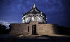 Mausoleul de la Mărășești. A fost ridicat pe locul în care în vara anului 1917 s-au desfășurat luptele de la Mărășești (pe malul drept al râului Siret), soldate cu victoria trupelor române. Adăpostește trupurile a 5.073 de soldați și ofițeri, Romani de Centenar, o campanie Q Magazine by Floriana Jucan